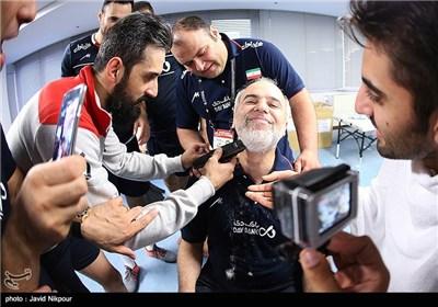 پس از صعود ملی پوشان به المپیك، سعید معروف كاپیتان ایران با ماشین ریش تراش، ریش خوش خبر سرپرست تیم ملی را زد.