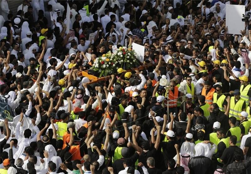 جنازة أحد ضحایا التفجیر الانتحاری الذی تعرض له مسجد شیعی فی قریة القطیف