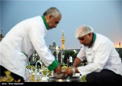 سفره ی افطار در حرم امام رضا(ع)
