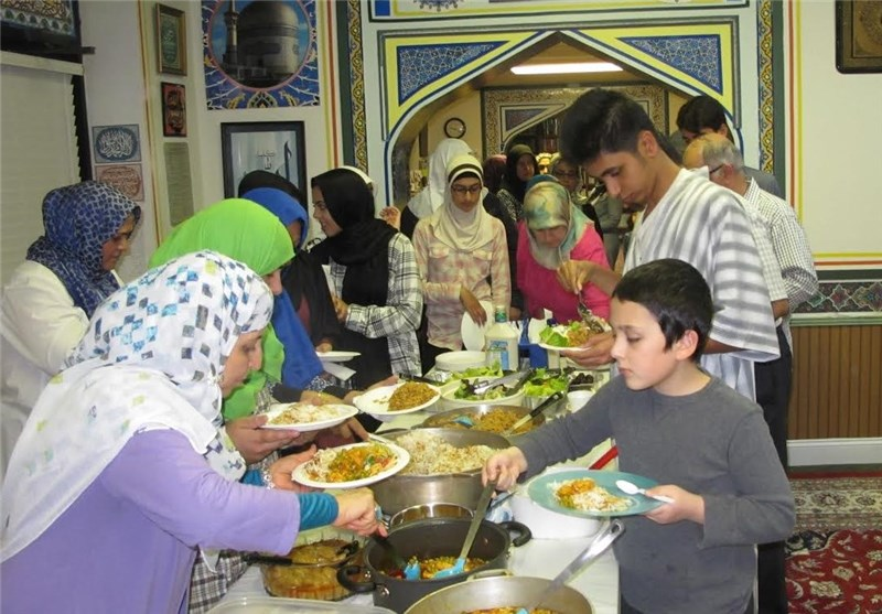 Mosque-Goers in Virginia Bring Home-Cooked Food for Iftar