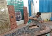 ساخت درب حرمین عسکریین(ع) در لرستان/ وقتی هنرمند اذن کارش را از امام زمان(عج) میگیرد + تصاویر