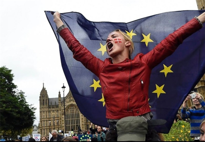 Thousands Protest Against Brexit in London's Trafalgar Square