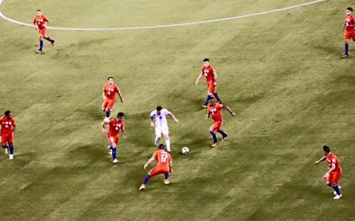 عکس : وقتی مسی در بین 9 بازیکن شیلی اسیر شد!
