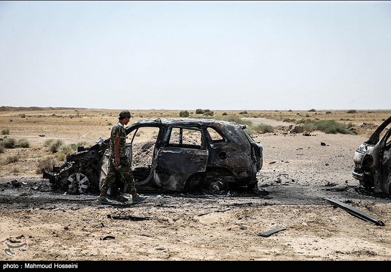آثار به جا مانده از حمله روز گذشته به کاروان داعش در استان الانبار
