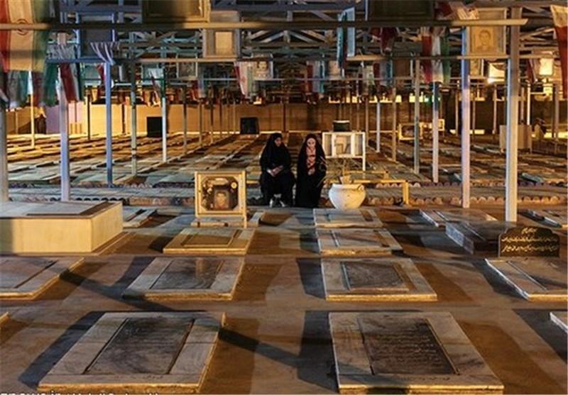 عطرافشانی گلزار شهدای اهواز به روایت تصویر