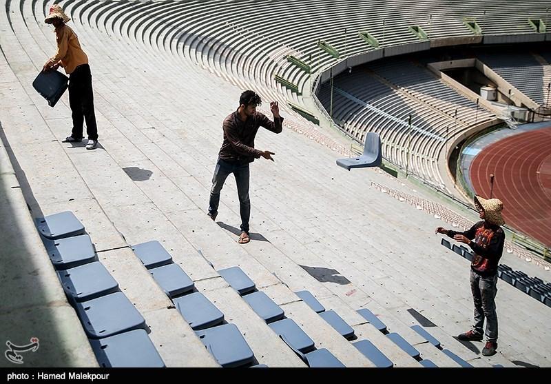 مراحل نصب صندلیهای طبقه دوم استادیوم آزادی