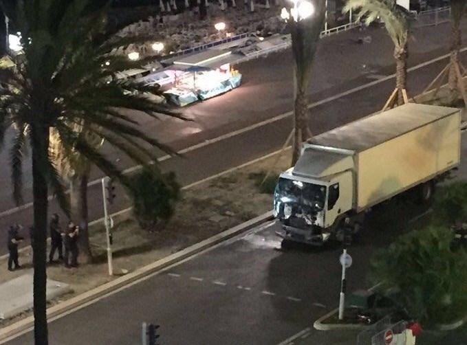 1395042503045032881364310 - «کامیون وحشت» در فرانسه/حمله تروریستی جشن ملی را عزا کرد/۸۴ نفر کشته شدند + تصاویر