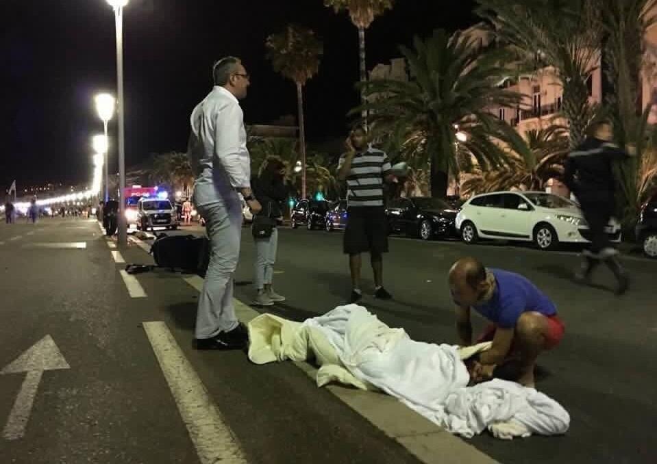 1395042503052382881364410 - «کامیون وحشت» در فرانسه/حمله تروریستی جشن ملی را عزا کرد/۸۴ نفر کشته شدند + تصاویر