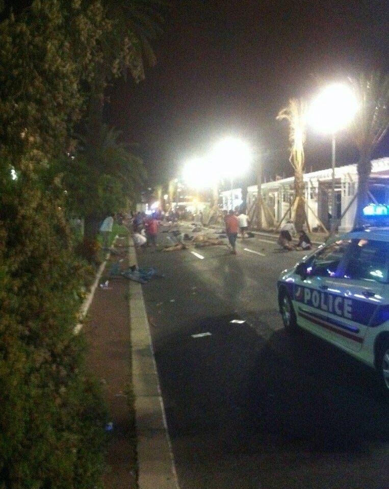 1395042503061712581364610 - «کامیون وحشت» در فرانسه/حمله تروریستی جشن ملی را عزا کرد/۸۴ نفر کشته شدند + تصاویر