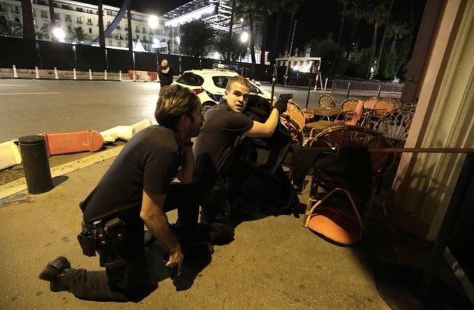 1395042503305286381364810 - «کامیون وحشت» در فرانسه/حمله تروریستی جشن ملی را عزا کرد/۸۴ نفر کشته شدند + تصاویر