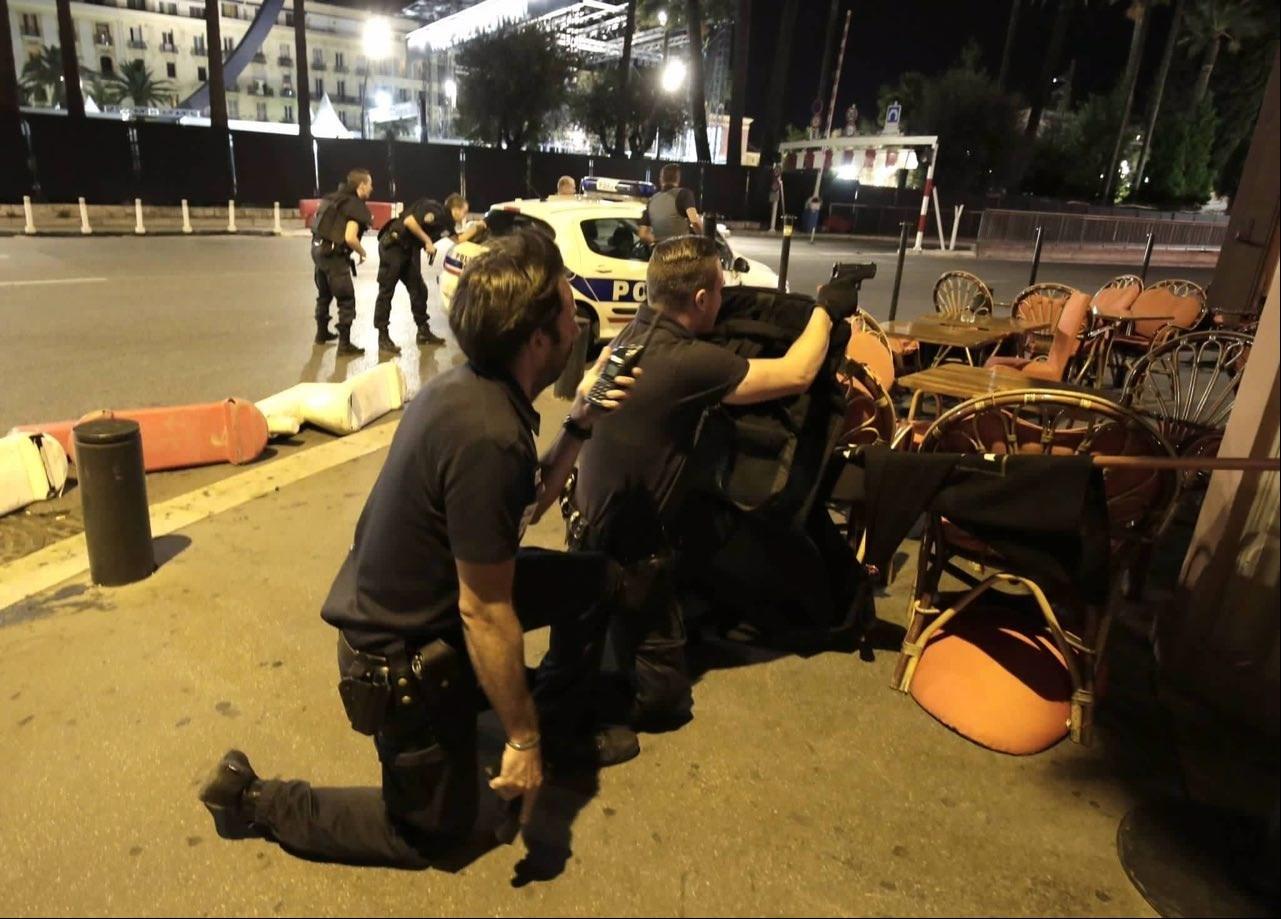 1395042503314351981364910 - «کامیون وحشت» در فرانسه/حمله تروریستی جشن ملی را عزا کرد/۸۴ نفر کشته شدند + تصاویر