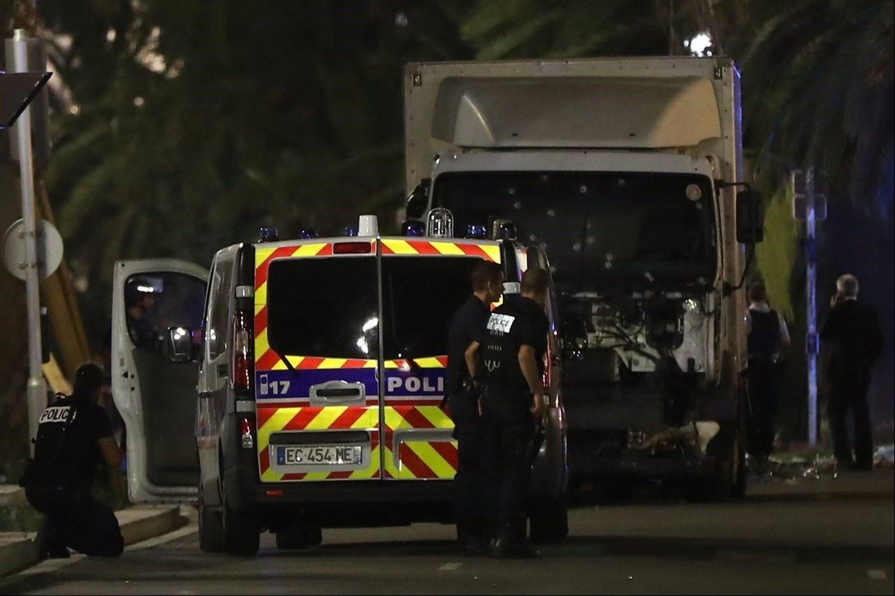 1395042503333851981365110 - «کامیون وحشت» در فرانسه/حمله تروریستی جشن ملی را عزا کرد/۸۴ نفر کشته شدند + تصاویر