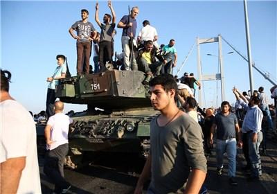 أنصار اردوغان ینهالون بالضرب على انقلابیین