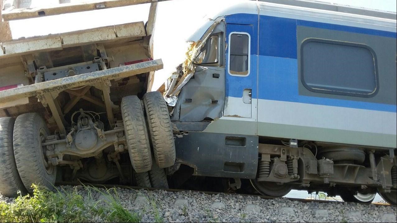 139505011346353981888010 - تصادف قطار مسافری با کامیون در محور شمال + عکس