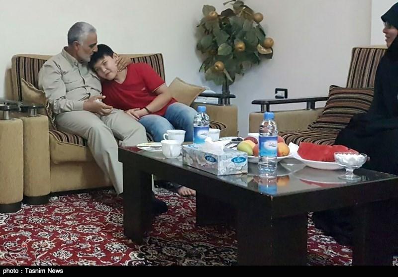 دیدار سردار سلیمانی با خانواده شهید علیرضا توسلی (ابوحامد)
