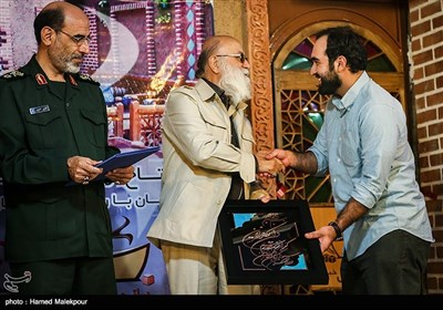 تقدیر از محمدرضا جُفار عکاس خبری در مراسم افتتاح اولین پاتوق خبر