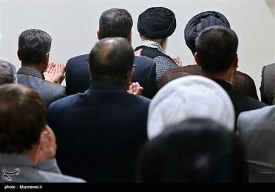اقامه نماز وزیر، معاونان و مدیران وزارت اطلاعات به امامت مقام معظم رهبری