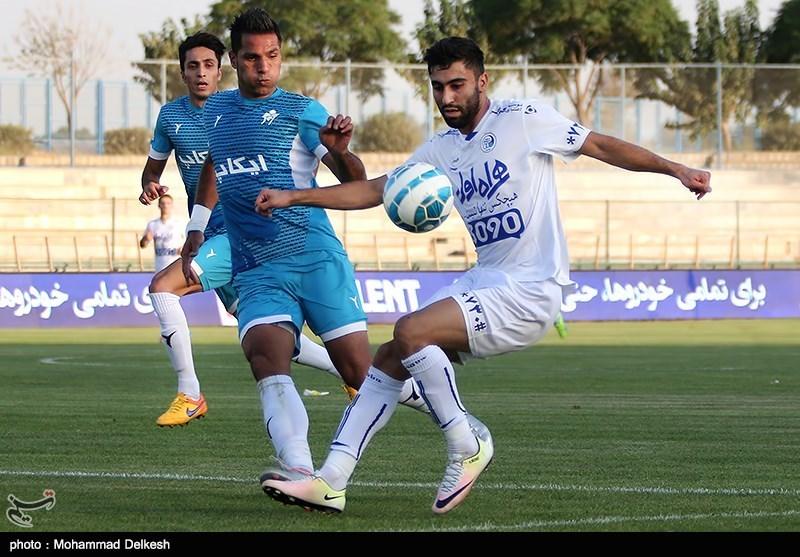 دیدار تیم های فوتبال پیکان و استقلال