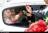 اهدای پنج هزار شاخه گل به دختران شهر تهران
