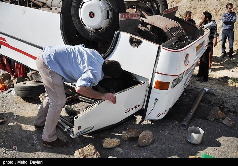13 تن از مصدومان حادثه واژگونی اتوبوس در محور شیراز - کرمان سرباز هستند