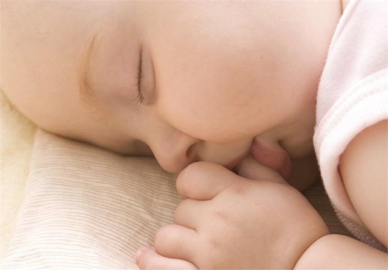 """الآباء """"یعرضون"""" الرضع لخطر الموت المفاجئ"""