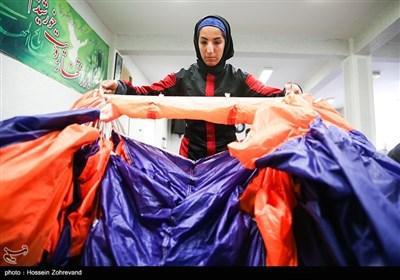 فاطمه اکرمی پارکور کار در حال بستن چتر است