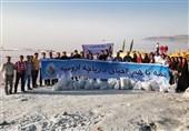 خبرنگاران حافظ محیط زیست و ملی پوشان اسنوکر دریاچه ارومیه را پاکسازی کردند