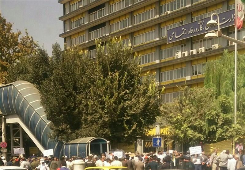 بازنشستگان پیش از موعد مقابل وزارت کار تجمع کردند