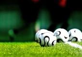 توپ فوتبال و زمین