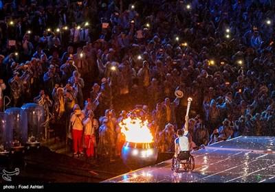روشن کردن مشعل مسابقات پارالمپیک ریو 2016 توسط کلودوآلدو سیلوا پرافتخارترین ورزشکار برزیل