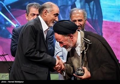 تجلیل از منوچهر محمدی تهیهکننده سینما توسط حجتالاسلام سیدمحمود دعایی
