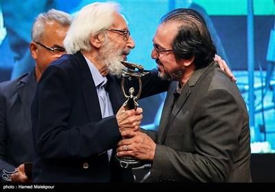 تجلیل از علیرضا رضاداد دبیر دورههای مختلف جشنواره فیلم فجر توسط جمشید مشایخی