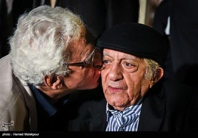 بوسه کیومرث پوراحمد بر صورت عزتالله انتظامی در جشن روز ملی سینما