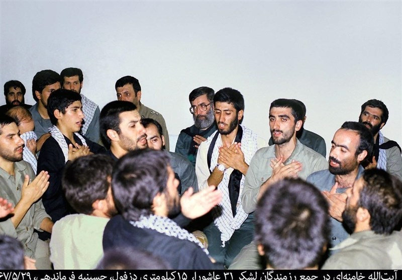 سینهزنی رهبر معظم انقلاب در جمع رزمندگان+عکس