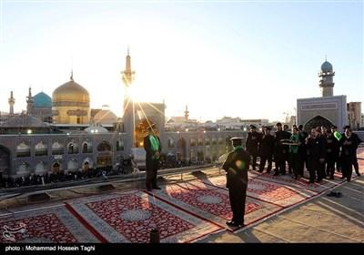 محرم الحرام کی مناسبت سے گنبد حرم امام رضا علیہ السلام کے پرچم کی تبدیلی کی تقریب