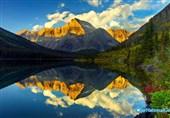 انعکاس آسمان و کوهای طلایی رنگ