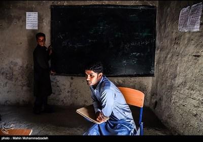 روستای گزاویز از توابع بخش مرزی آشار دارای 125 دانش آموز - در 6 مقطع ابتدایی در ساختمان اجاره ای است. با اینکه سالهاست از واگذاری زمین توسط اهالی این روستا به آموزش و پرورش جهت ساخت مدرسه می گذرد اما تا کنون هیچ اقدامی صورت نگرفته است.همچنین با گذشت 13 روز از بازگشایی مدارس هیچ کتابی در بین دانش آموزان این روستان توزیع نشده و هر روز دانش اموزان به امید کتاب به مدرسه میایند و ساکت روی نیمکت های چوپی مینشیند ولی با کوله های خالی به خانه باز میگردند.