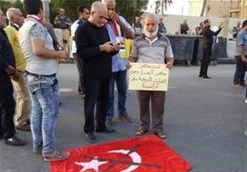 متظاهرون بالبصرة یلقون العلم الترکی أرضاً احتجاجاً على تواجد القوات الترکیة بنینوى