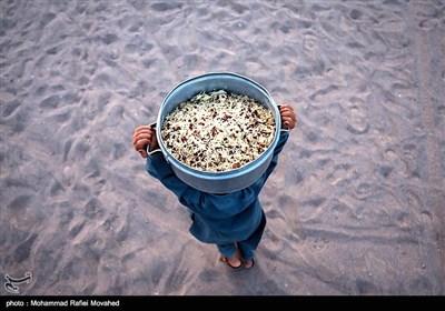 پخت و توزیع غذای نذری در مناطق محروم کرمان