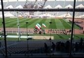 رونمایی از پرچم «لبیک یا حسین» و خودداری از جمع کردن پرچم سیاه/ درج نام امام حسین به زبان انگلیسی/ بازوبند سیاه بر بازوی کرهایها + تصاویر