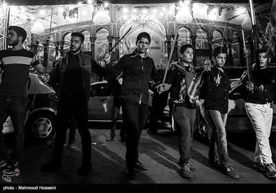 عزاداری هیئت های شاه حسین گویان در شب عاشورا - میدان منیریه تهران