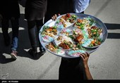 توزیع غذای نذری در باغ ملک اصفهان