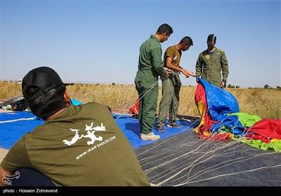 اعضای تیپ 65 نیرو مخصوص ارتش در حین جمع کردن و بسته بندی چتر