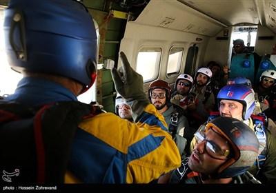 توصیه های نهایی مربی در هواپیما در خصوص زمان و حالت پرش از وسیله