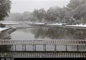 بارش برف 25 سانتیمتری در خلخال راههای روستایی را مسدود کرد