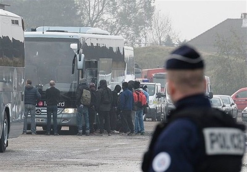 Paris Begins Clearing 3,000 Migrants from Camp