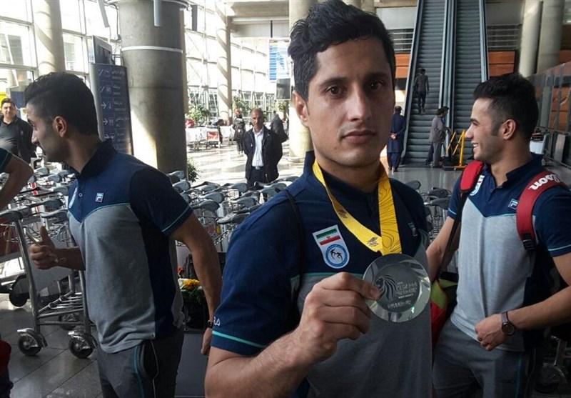 رحیمی مدال نقره کبدی جهان را به خانواده شهدای حرم تقدیم کرد