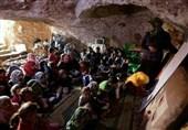 امریکی فضائی بمباری کے خوف سے اسکول غاروں اور خندقوں میں/ تصویری رپورٹ