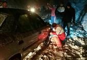 30 خودرو گرفتار در برف محور هراز رهایی یافتند