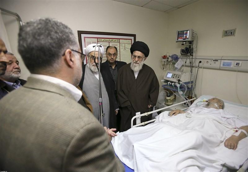 رهبر معظم انقلاب اسلامی با حضور در یکی از بیمارستانهای تهران از آیتالله موسویاردبیلی عیادت کردند
